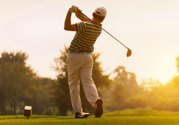 a man golfing pain free, thanks to his chiropractor.
